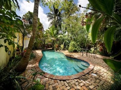 Maison rénovée dans un environnement tropical luxuriant